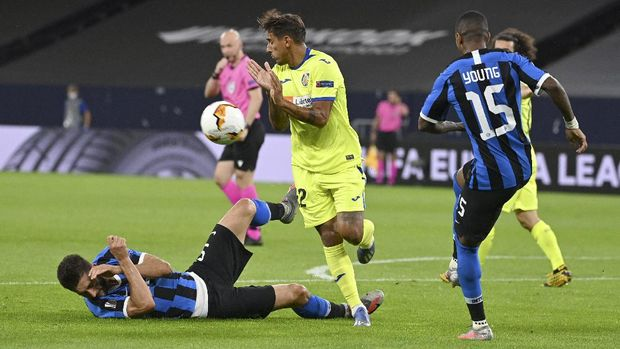 Inter Milan's Roberto Gagliardini tackles Getafe's Damian Suarez, top, during the Europa League round of 16 soccer match between Inter Milan and Getafe at the Veltins-Arena in Gelsenkirchen, Germany, Wednesday, Aug. 5, 2020. (Ina Fassbender, Pool Photo via AP)