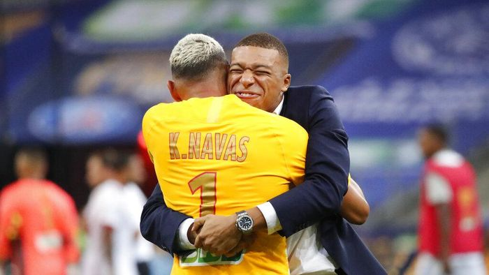 PSGs Kylian Mbappe, right, celebrates with the teams goalkeeper Keylor Navas, after winning the French League Cup soccer final match between Paris Saint Germain and Lyon at Stade de France stadium, in Saint Denis, north of Paris, Friday, July 31, 2020. (AP Photo/Francois Mori)
