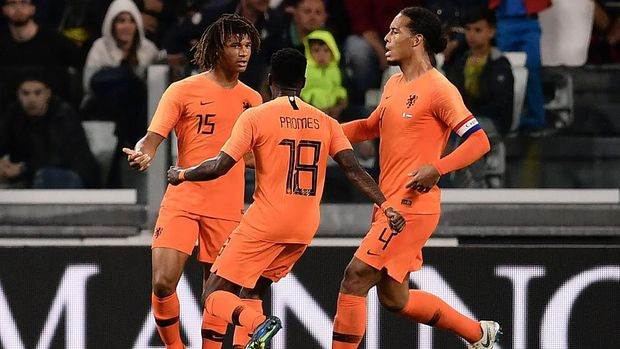 Dutch defender Nathan Ake (L) celebrates after scoring a goal during the international friendly football match between Italy and the Netherlands at the Allianz Stadium in Turin on June 4, 2018. (Photo by MARCO BERTORELLO / AFP)