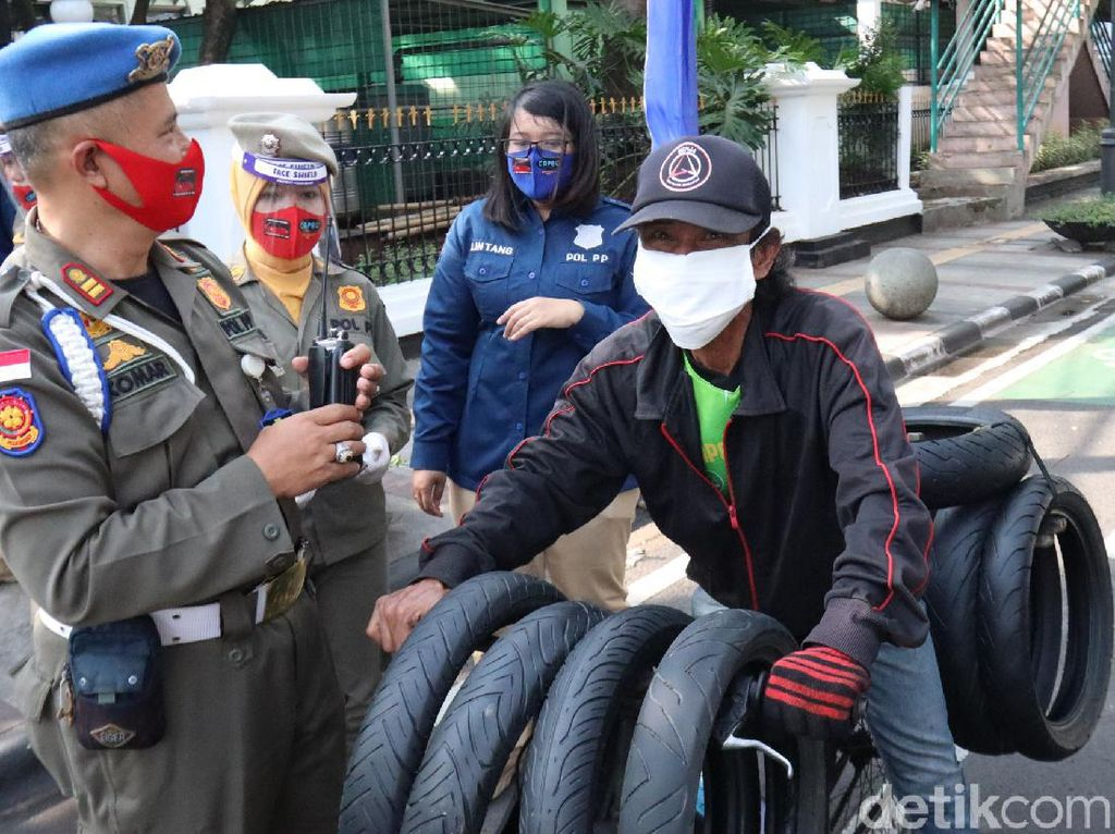 Hari Pertama Denda Masker di Bandung, Warga yang Melanggar Masih Bebas