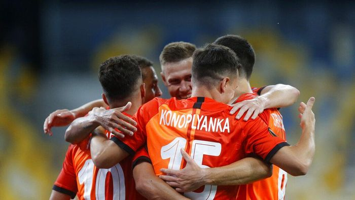 Shakhtars Junior Moraes, left, celebrates with teammates after scoring his sides opening goal during the Europa League round of 16 second leg soccer match between FC Shakhtar Donetsk and VfL Wolfsburg at the Olimpiyskiy Stadium in Kyiv, Ukraine, Wednesday, Aug. 5, 2020. (AP Photo/Efrem Lukatsky)