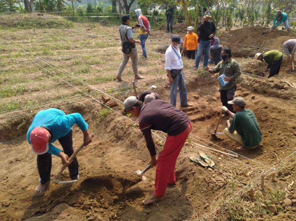 Tahap Awal Ekskavasi Situs Kumitir di Mojokerto Fokus Area Pemakaman Umum