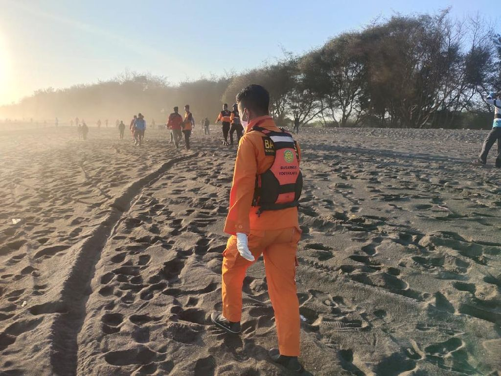 Pencarian 5 Wisatawan di Pantai Goa Cemara Diperluas via Udara