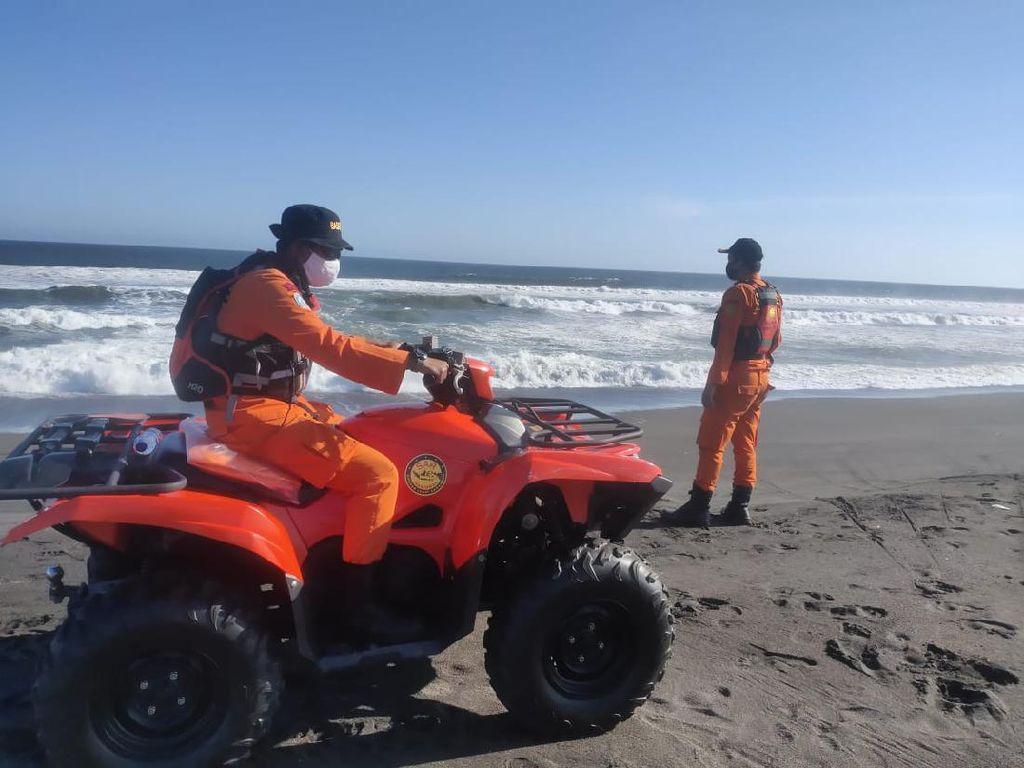 Nahas 7 Wisatawan Pantai Goa Cemara Terseret Ombak Saat Main Bola