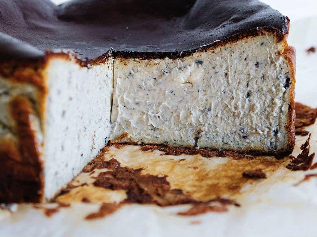 Kreasi Basque Burnt CheeseCake, Ada Topping Oreo hingga Durian