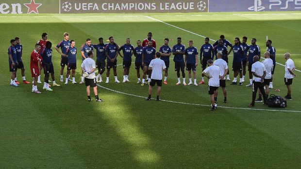 Lyon's players listen to Lyon's French head coach Rudi Garcia (C) during a training session at the Juventus stadium in Turin on August 6, 2020 on the eve of the UEFA Champions League football match Juventus vs Olympique Lyonnais, played behind closed doors due to the spread of the COVID-19 infection, caused by the novel coronavirus. (Photo by Miguel MEDINA / AFP)
