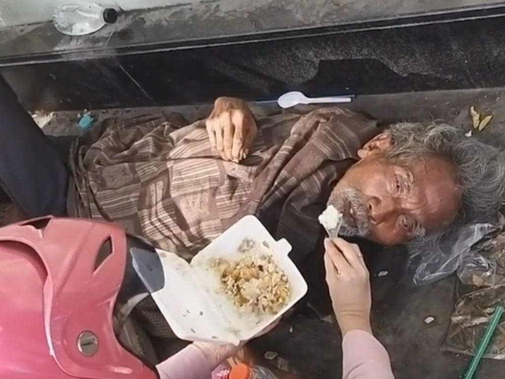 Miris! Kisah Kakek Terlantar di Surabaya yang Disuapi Makanan oleh Warga