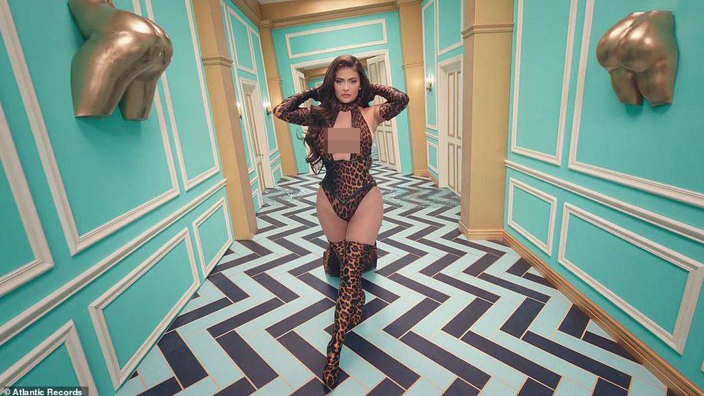 Gaya Superseksi Kylie Jenner Jadi Model Video Klip Cardi B