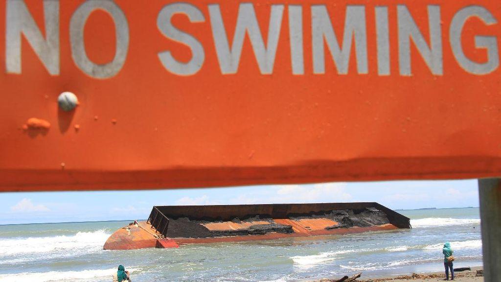 Cuaca Buruk Bikin Kapal Tongkang di Aceh Terdampar