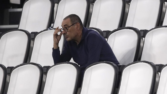 Juventus head coach Maurizio Sarri smokes during a Serie A soccer match between Juventus and Roma, at the Allianz stadium in Turin, Italy, Saturday, Aug.1, 2020. (AP Photo/Luca Bruno)