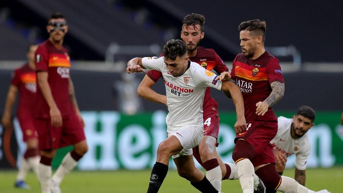 DUISBURG, GERMANY - AUGUST 06: Munir El Haddadi of Sevilla runs with the ball during the UEFA Europa League round of 16 single-leg match between Sevilla FC and AS Roma at MSV Arena on August 06, 2020 in Duisburg, Germany. (Photo by Friedemann Vogel/Pool via Getty Images)