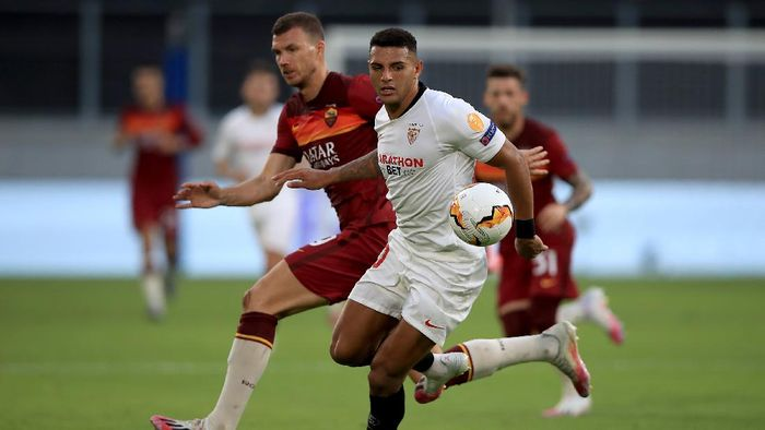 DUISBURG, GERMANY - AUGUST 06: Diego Carlos of Sevilla is closed down by Edin Dzeko of Roma during the UEFA Europa League round of 16 single-leg match between Sevilla FC and AS Roma at MSV Arena on August 06, 2020 in Duisburg, Germany. (Photo by Wolfgang Rattay/Pool via Getty Images)