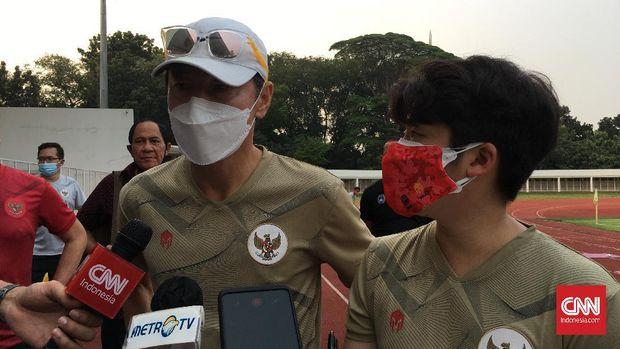 Kepala Pelatih Timnas Indonesia, Shin Tae Yong memimpin latihan perdana di Stadion Madya, Jumat (7/8).