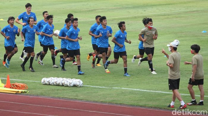 Timnas Indonesia U-19 latihan perdana bersama pelatih Shin Tae-yong di Stadion Madya, Jakarta, Jumat 8 Agustus 2020.