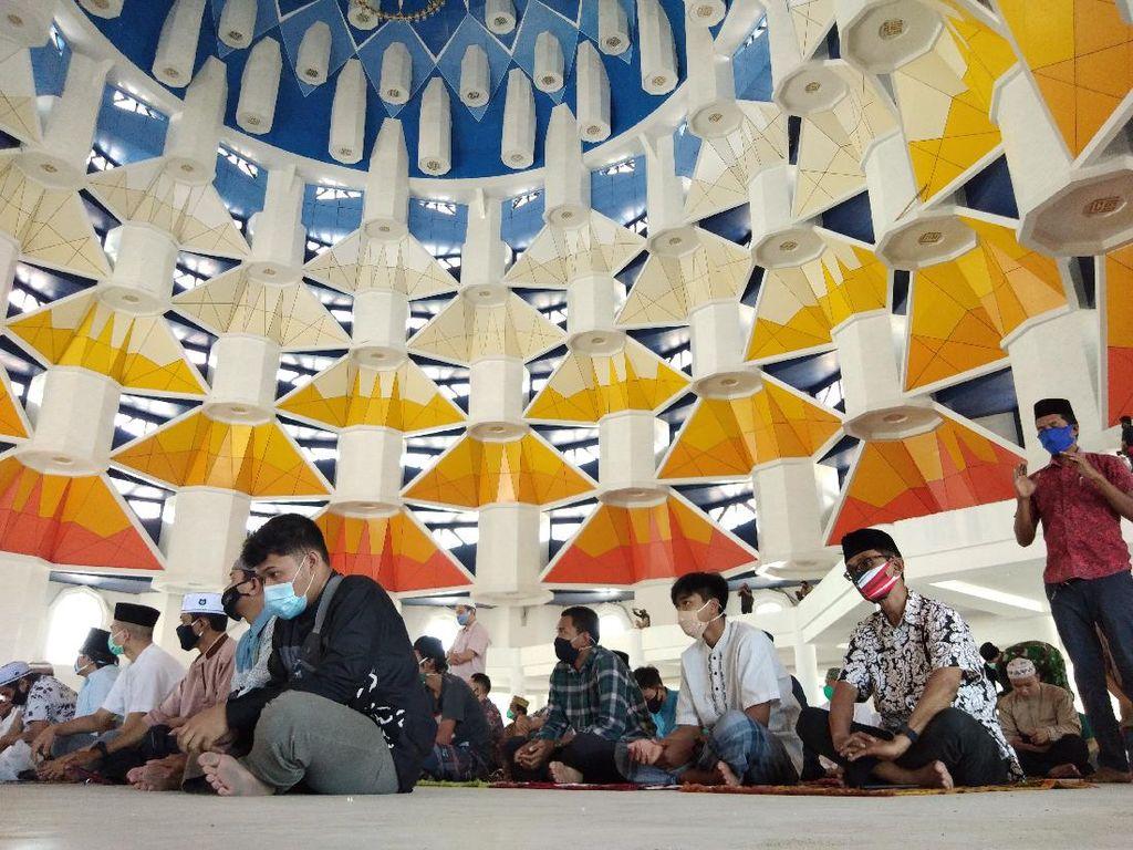 Dilarang Gubernur, Warga Tetap Datangi Masjid 99 Kubah Untuk Salat Jumat
