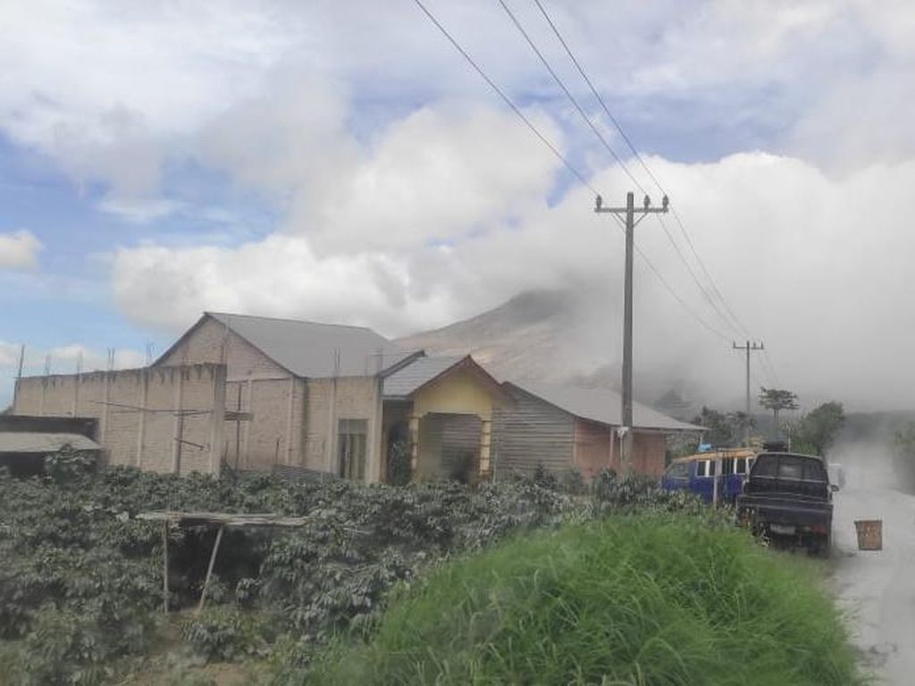 Penampakan Rumah-Jalan di 5 Kecamatan Tertutup Abu Erupsi Gunung Sinabung