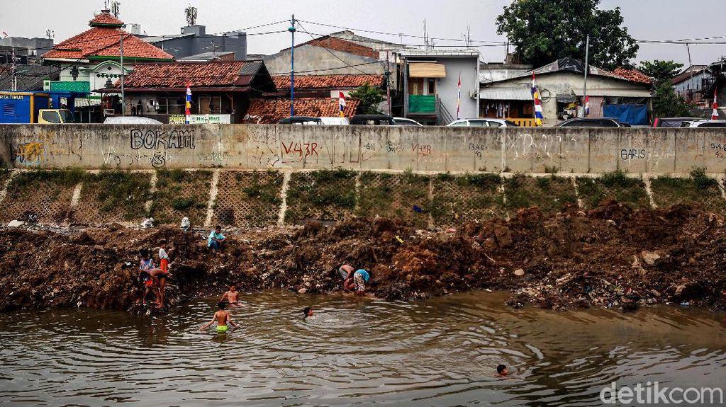 Begini Debit Air Sungai Ciliwung di Musim Kemarau