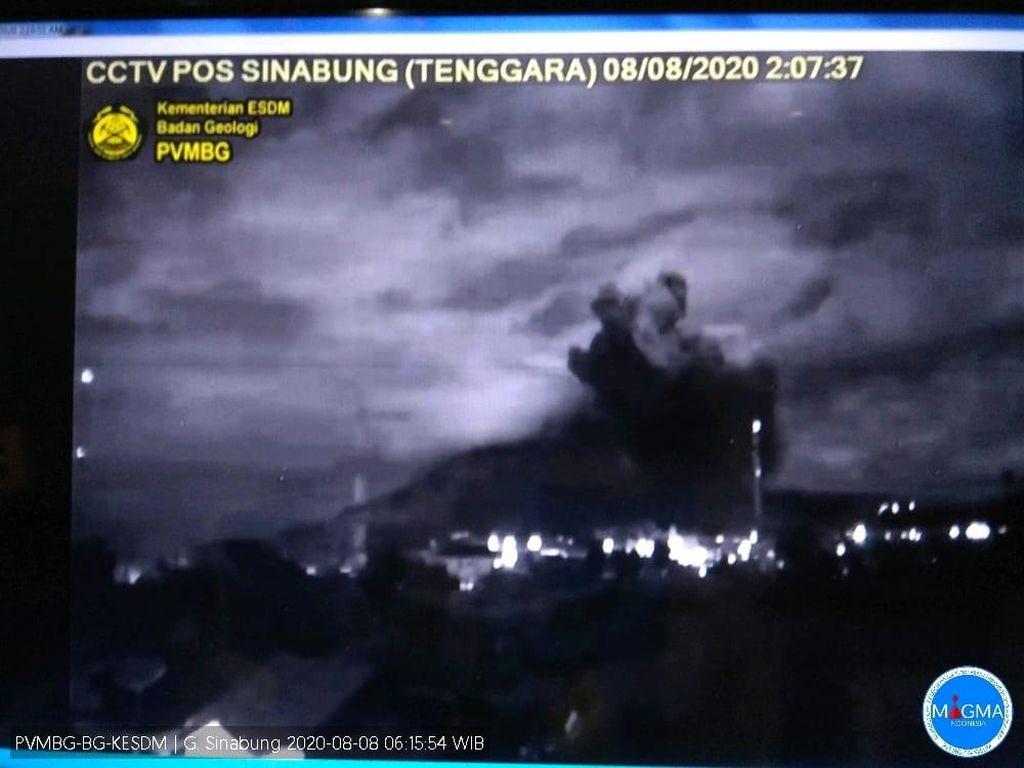 Gunung Sinabung Erupsi, Hujan Abu Terjadi di Karo Sumut