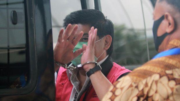 Tersangka Komisaris Utama PT Trada Alam Minera Tbk (TRAM) Heru Hidayat bersiap menaikimobil tahanan  usai menjalani pemeriksaan di gedung KPK, Jakarta, Jumat (7/8/2020). Heru Hidayat yang merupakan tahanan Kejaksaan Agung menjalani pemeriksaan lanjutan di KPK dalam kasus dugaan korupsi dalam pengelolaan keuangan dan dana investasi PT Asuransi Jiwasraya. ANTARA FOTO/Muhammad Iqbal/pras.