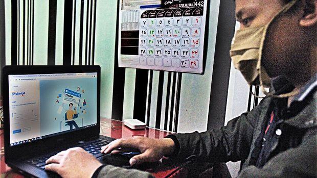 Warga membuka laman www.prakerja.go.id saat mengikuti pendaftaran Kartu Prakerja Gelombang 4,  di Serang, Banten, Sabtu (8/8/2020). Pemerintah kembali membuka pendaftaran program Kartu Prakerja gelombang 4 untuk menekan angka pengangguran dengan kuota untuk 800 ribu orang. ANTARA FOTO/Asep Fathulrahman/hp.