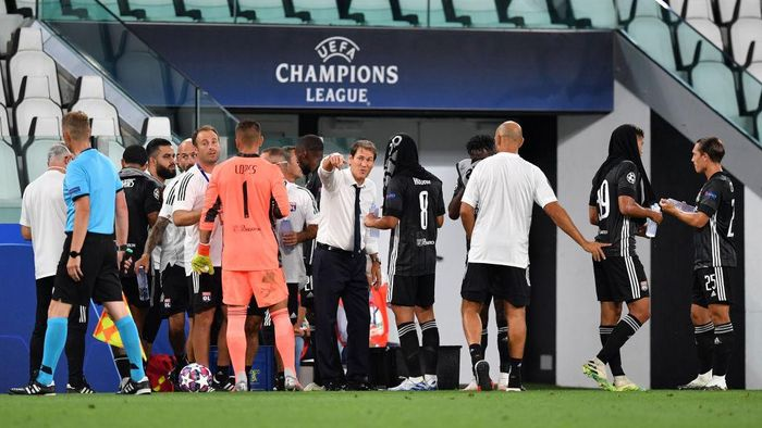 TURIN, ITALY - AUGUST 07: Rudi Garcia, Head Coach of Olympique Lyon gives his team instructions during the UEFA Champions League round of 16 second leg match between Juventus and Olympique Lyon at Allianz Stadium on August 07, 2020 in Turin, Italy. (Photo by Valerio Pennicino/Getty Images)