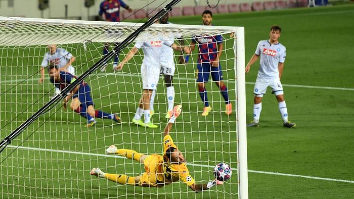 BARCELONA, SPAIN - AUGUST 08: David Ospina of SSC Napoli fails to save the ball from Lionel Messi of Barcelona which leads to Barcelonas second goal during the UEFA Champions League round of 16 second leg match between FC Barcelona and SSC Napoli at Camp Nou on August 08, 2020 in Barcelona, Spain.  (Photo by David Ramos/Getty Images)