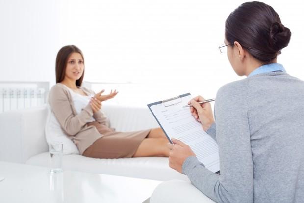 Pergilah ke psikolog jika kamu merasa butuh bantuan menangani gangguan kecemasanmu.