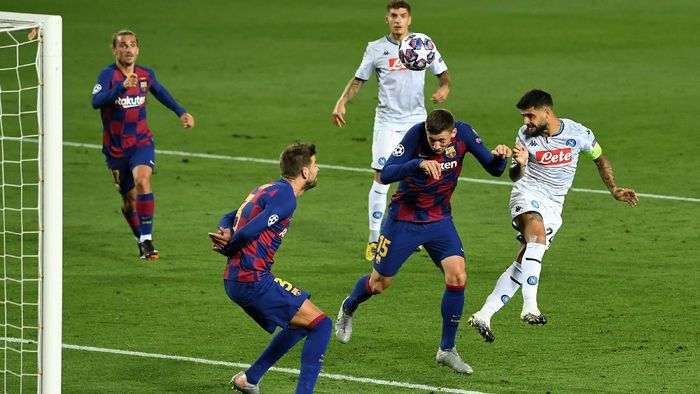 BARCELONA, SPAIN - AUGUST 08: Lorenzo Insigne of SSC Napoli misses a chance during the UEFA Champions League round of 16 second leg match between FC Barcelona and SSC Napoli at Camp Nou on August 08, 2020 in Barcelona, Spain.  (Photo by David Ramos/Getty Images)