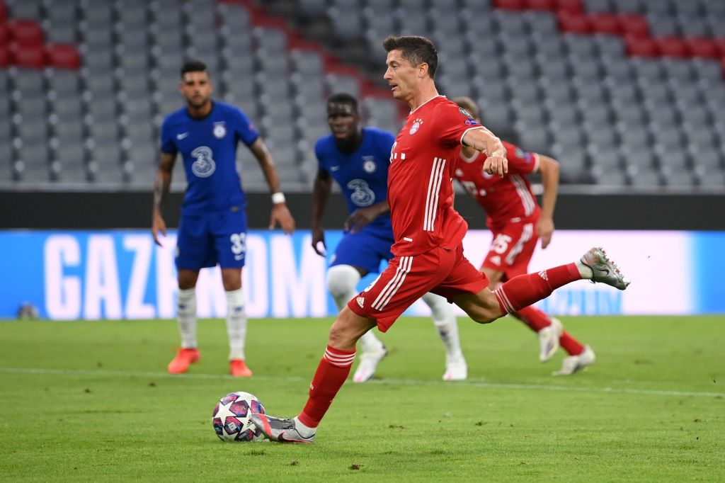 MUNICH, GERMANY - AUGUST 08: Joshua Kimmich of Bayern Munich  battles for possession with  Mason Mount of Chelsea during the UEFA Champions League round of 16 second leg match between FC Bayern Muenchen and Chelsea FC at Allianz Arena on August 08, 2020 in Munich, Germany. (Photo by Matthias Hangst/Getty Images)