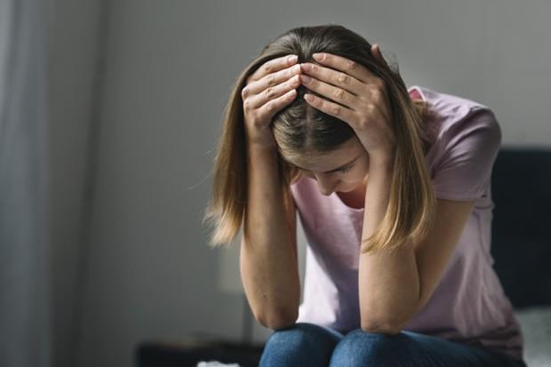 Ketika seseorang mengalami agoraphobia, gejala fisik yang ia rasakan biasanya seperti jantung yang berdetak lebih cepat, napas yang tidak teratur, berkeringat, sakit dada, gemetar, pusing, atau bahkan sampai mengalami diare.
