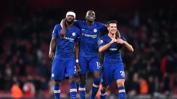 LONDON, ENGLAND - DECEMBER 29: Antonio Rudiger, Kurt Zouma and Cesar Azpilicueta of Chelsea celebrate victory during the Premier League match between Arsenal FC and Chelsea FC at Emirates Stadium on December 29, 2019 in London, United Kingdom. (Photo by Shaun Botterill/Getty Images)