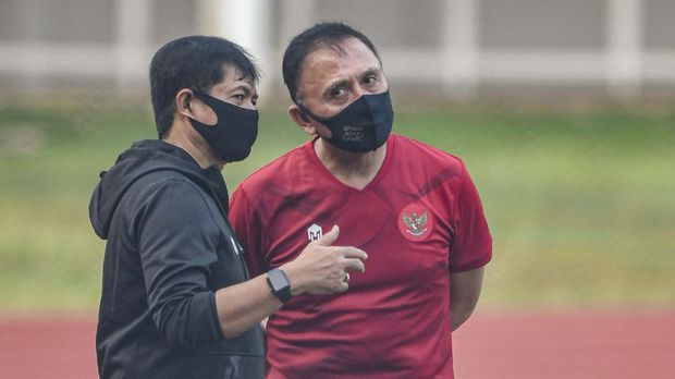 Ketua Umum PSSI Mochamad Iriawan (kanan) berbincang dengan Direktur Teknik Indra Sjafri (kiri) saat menghadiri latihan tim nasional di Stadion Madya, Kompleks Gelora Bung Karno, Senayan, Jakarta, Jumat (7/8/2020). ANTARA FOTO/M Risyal Hidayat