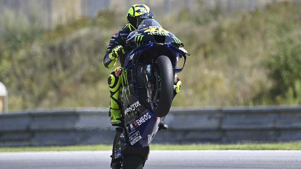 Monster Energy Yamaha's Italian rider Valentino Rossi wheelies his bike during the qualification of the Moto GP Czech Grand Prix at Masaryk circuit in Brno on August 8, 2020. (Photo by JOE KLAMAR / AFP)