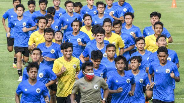 Sejumlah pesepak bola tim nasional Indonesia U-19 berlari saat mengikuti latihan di Stadion Madya, Kompleks Gelora Bung Karno, Senayan, Jakarta, Jumat (7/8/2020). Timnas Indonesia U-19 dan Senior menggelar latihan perdana bersamaan pada masa pandemi COVID-19 dengan menerapkan protokol kesehatan. ANTARA FOTO/M Risyal Hidayat/wsj.