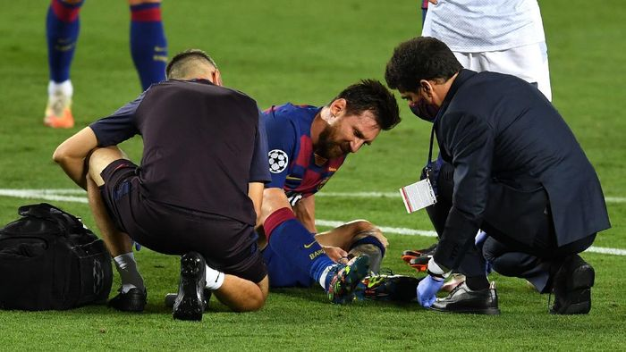 BARCELONA, SPAIN - AUGUST 08: Lionel Messi of Barcelona is seen to by medical staff after sustaining an injury during the UEFA Champions League round of 16 second leg match between FC Barcelona and SSC Napoli at Camp Nou on August 08, 2020 in Barcelona, Spain.  (Photo by David Ramos/Getty Images)
