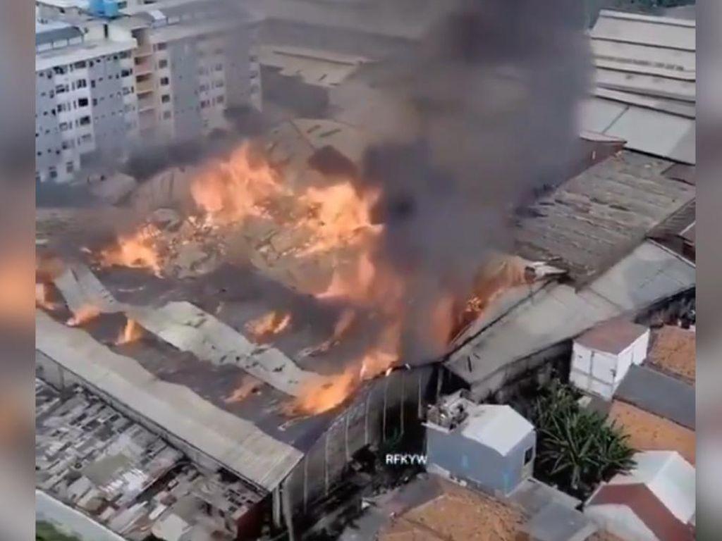Video Penampakan dari Udara Kebakaran Pabrik Mebel di Cakung
