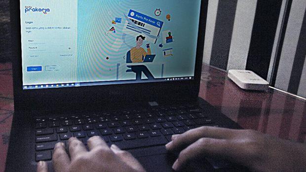 Warga membuka laman www.prakerja.go.id saat mengikuti pendaftaran Kartu Prakerja Gelombang 4 di Serang, Banten, Sabtu (8/8/2020). Pemerintah kembali membuka pendaftaran program Kartu Prakerja gelombang 4 untuk menekan angka pengangguran dengan kuota untuk 800 ribu orang. ANTARA FOTO/Asep Fathulrahman/hp.