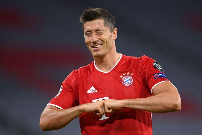 MUNICH, GERMANY - AUGUST 08: Robert Lewandowski of Bayern Munich celebrates after he scores his sides first goal from the penalty spot during the UEFA Champions League round of 16 second leg match between FC Bayern Muenchen and Chelsea FC at Allianz Arena on August 08, 2020 in Munich, Germany. (Photo by Matthias Hangst/Getty Images)