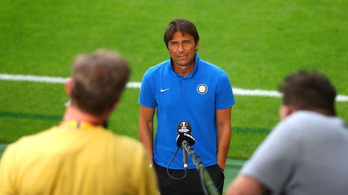 DUESSELDORF, GERMANY - AUGUST 09: Antonio Conte, Manager of Inter Milan is interviewed prior to a training session ahead of their UEFA Europa League Quarter Final match against Inter at Merkur Spiel-Arena on August 09, 2020 in Duesseldorf, Germany. (Photo by Dean Mouhtaropoulos/Getty Images)
