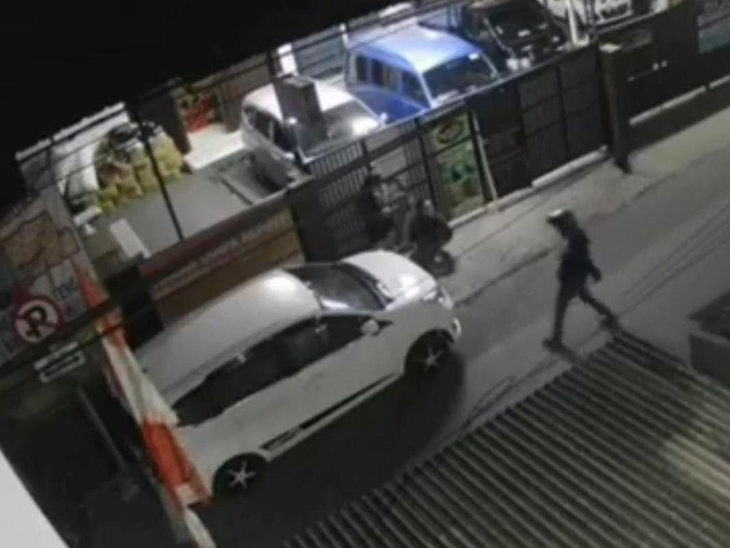 Sadis! Aksi Begal Berpisau Serang Sejoli di Bandung Terekam CCTV