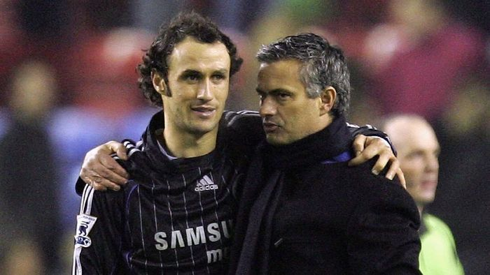 WIGAN, UNITED KINGDOM - DECEMBER 23:  Jose Mourinho of Chelsea celebrates their win with Ricardo Carvalho after the Barclays Premiership match between Wigan Athletic and Chelsea at The JJB Stadium on  December 23, 2006 in Wigan, England.  (Photo by Laurence Griffiths/Getty Images)