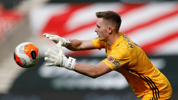 SOUTHAMPTON, ENGLAND - JULY 26: Goalkeeper Dean Henderson of Sheffield United catches the ball during the Premier League match between Southampton FC and Sheffield United at St Marys Stadium on July 26, 2020 in Southampton, England. Football Stadiums around Europe remain empty due to the Coronavirus Pandemic as Government social distancing laws prohibit fans inside venues resulting in all fixtures being played behind closed doors. (Photo by Andrew Boyers/Pool via Getty Images)