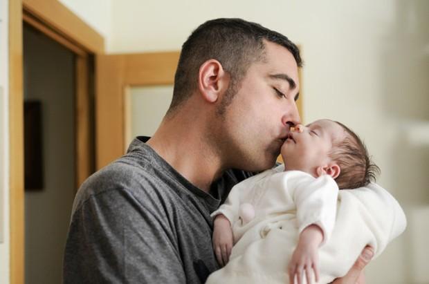 Membiarkan bayi Dicium oleh banyak orang bisa menimbulkan masalah kesehatan bagi si bayi.