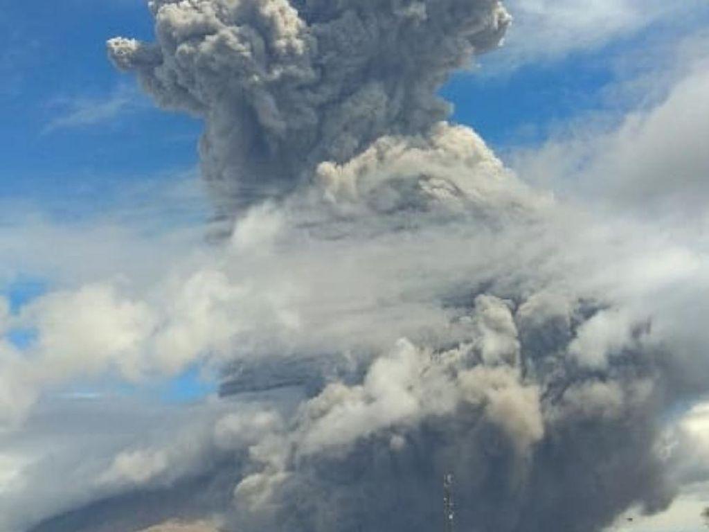 Video Gunung Sinabung Erupsi Pagi Ini