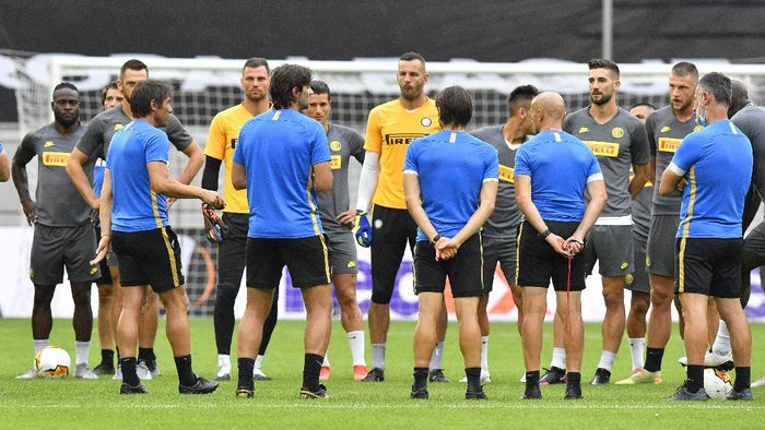 DUESSELDORF, GERMANY - AUGUST 09: Antonio Conte, Manager of Inter Milan speaks to his team during a training session ahead of their UEFA Europa League Quarter Final match against Bayer 04 Leverkusen at Merkur Spiel-Arena on August 09, 2020 in Duesseldorf, Germany. (Photo by Martin Meissner/Pool via Getty Images)