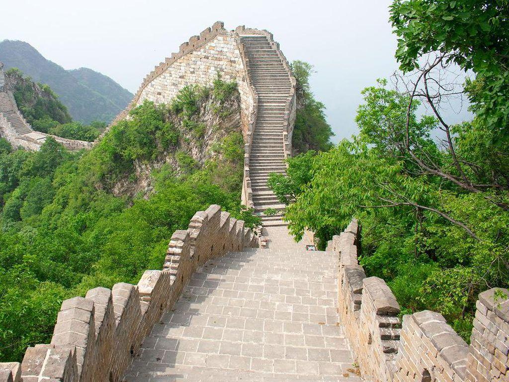 Tembok Raksasa China Bersalju, eh Pria Ini Perosotan