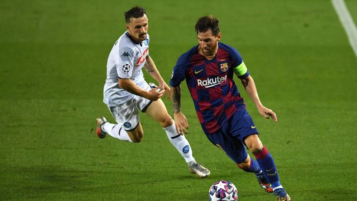 BARCELONA, SPAIN - AUGUST 08: Mario Rui of SSC Napoli  battles for possession with  Lionel Messi of Barcelona during the UEFA Champions League round of 16 second leg match between FC Barcelona and SSC Napoli at Camp Nou on August 08, 2020 in Barcelona, Spain.  (Photo by David Ramos/Getty Images)