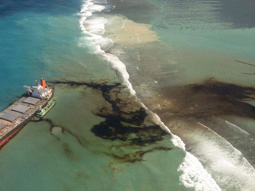 Potret Laut Mauritius yang Tercemar Tumpahan Minyak