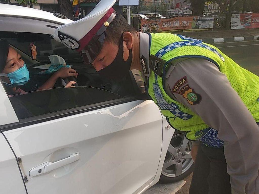 Langgar Ganjil Genap, Belasan Kendaraan di Jalan Letjen S Parman Ditilang