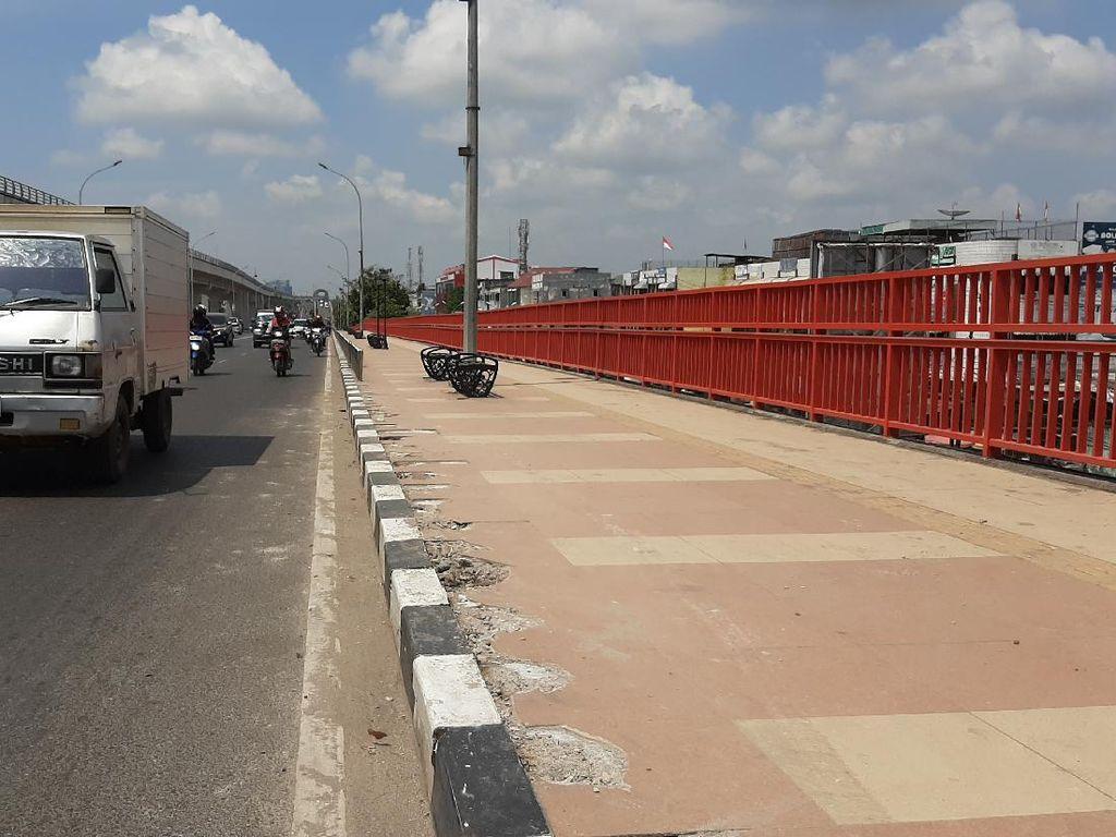 Trotoar Jembatan Ampera Rusak, Tiang Pembatas Hilang